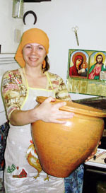 Олена Щербань з макітрою